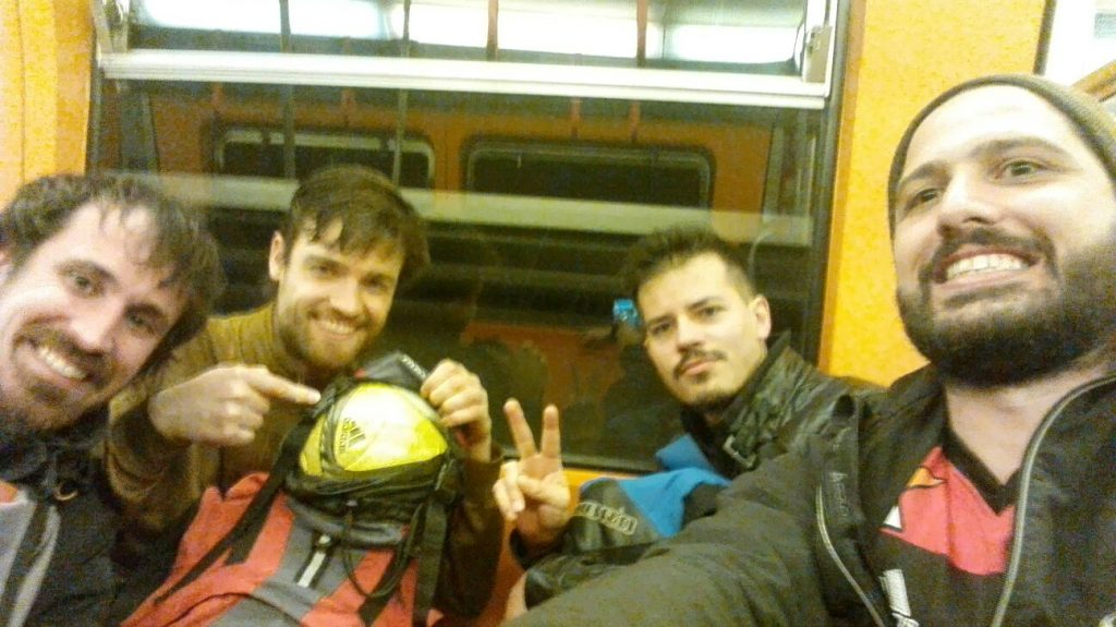 Stefan, Fux, Didi und Andi sitzen in der U-Bahn
