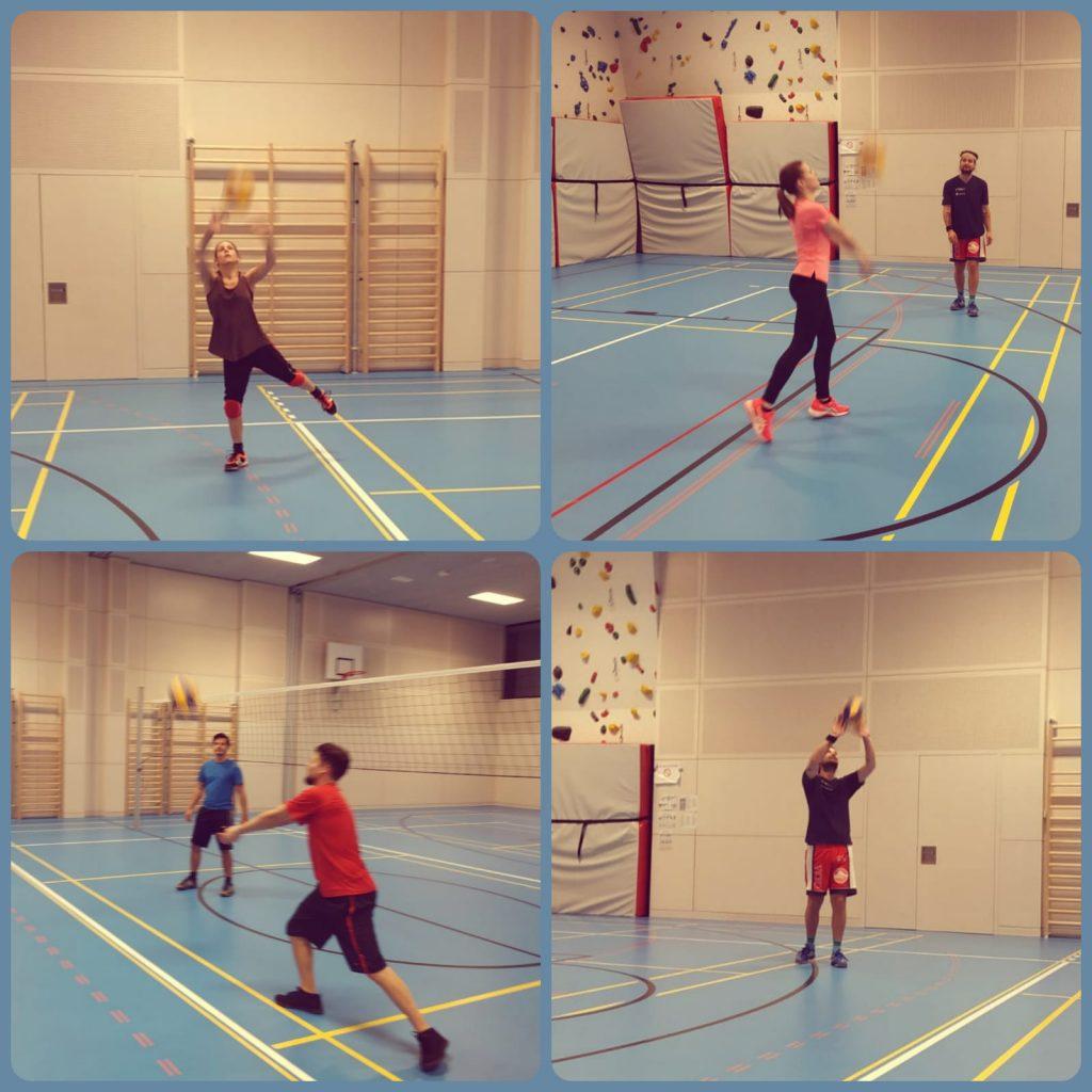 Vier Menschen beim Aufwärmtraining in einer Halle  mit einem Volleyball