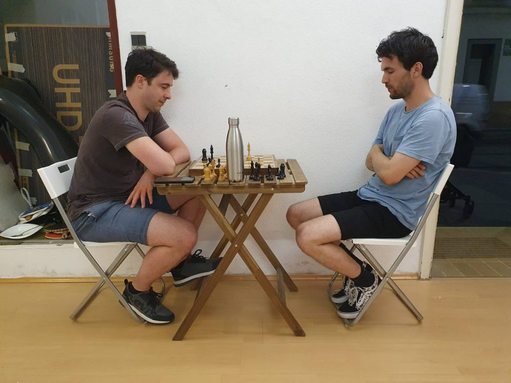 2 Menschen vor einem Schachbrett